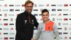Coutinho junto a Klopp en la firma de su nuevo contrato