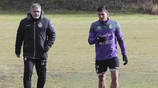 Ibán Salvador, junto al técnico Paco Herrera durante un...