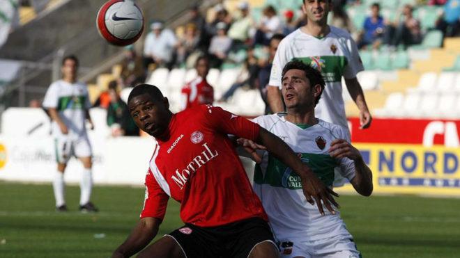 El jugador cuando jugaba con el Granada, en un partido contra el...