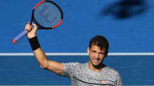 Dimitrov saluda con la raqueta