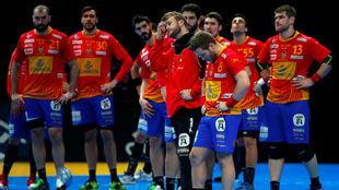 Los jugadores de la selección española, tras su eliminación ante...