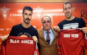 Álex García y Urko Vera posan con la camiseta del Mirandés