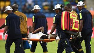 Baba Rahman se va en camilla, lamentándose de la lesión