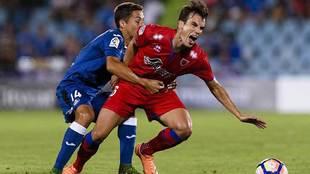 Fúster agarra a Íñigo Pérez durante el duelo ante el Numancia de...