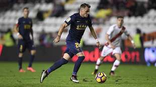 Imaz conduce el balón durante el partido del UCAM Murcia en Vallecas
