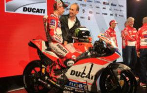 Jorge Lorenzo bromea con Claudio Domenicali durante la presentaci�n...