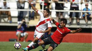 Oriol pugna por un balón durante el encuentro ante el Rayo Vallecano.