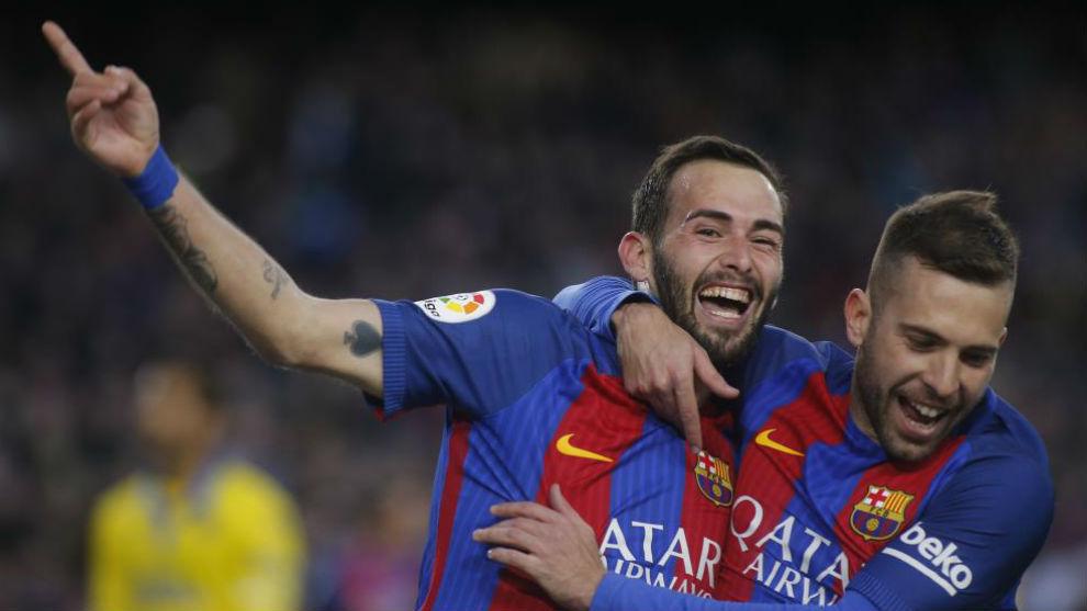 Jordi Alba felicita a Aleix Vidal por su gol.