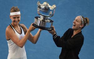 Mattek-Sands y Lucie Safarova, con el trofeo del dobles en Australia