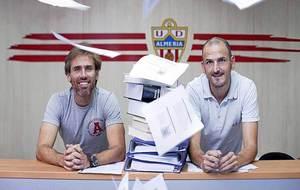 Corona y Fernando Soriano posan junto a libros y apuntes para un...
