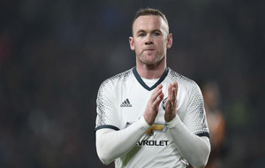 Rooney aplaudiendo a su afición.