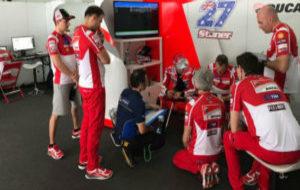 Stoner recibe informaci�n de los t�cnicos ante la mirada de Lorenzo...