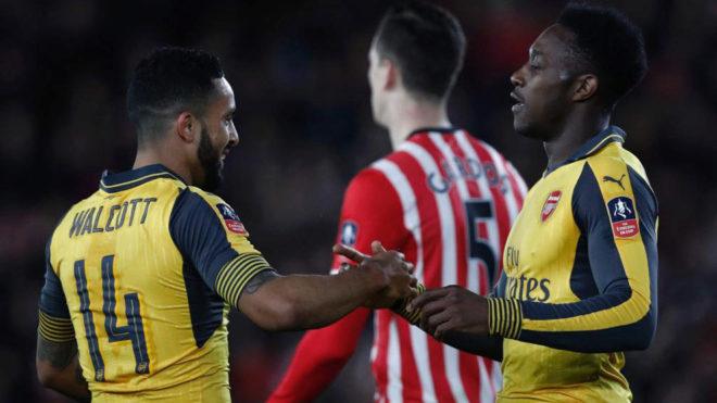 Walcott y Welbeck celebran uno de sus goles.