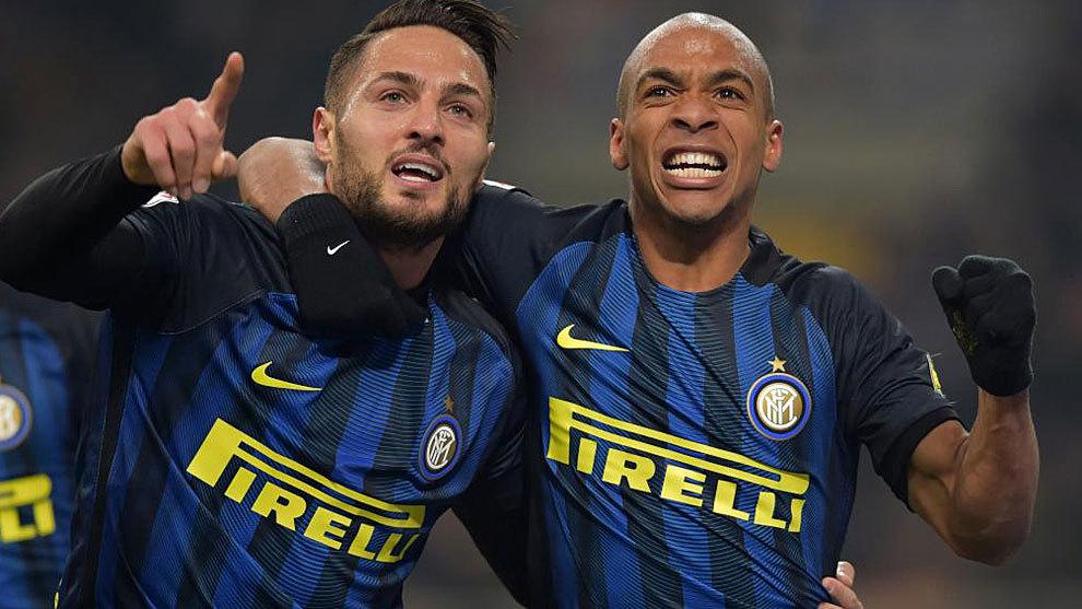 Joao Mario y Danilo D'Ambrosio celebran uno de los goles del Inter.