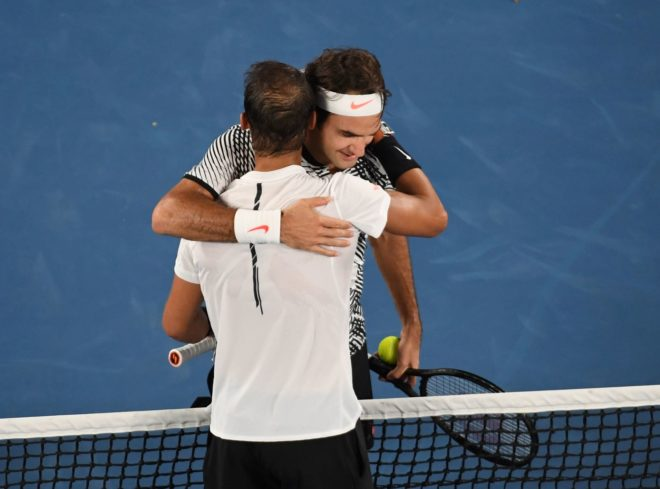 Nadal y Federer se abrazan tras la final de Australia