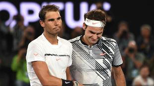Nadal y Federer se saludan tras la final de Australia