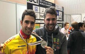 Felipe Orts, con la medalla y el seleccionador Pascual Monparler.