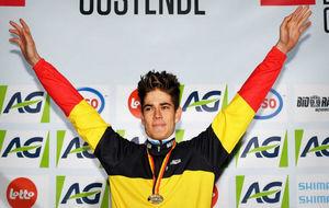 Mathieu van der Poel celebra su triunfo en el podio.
