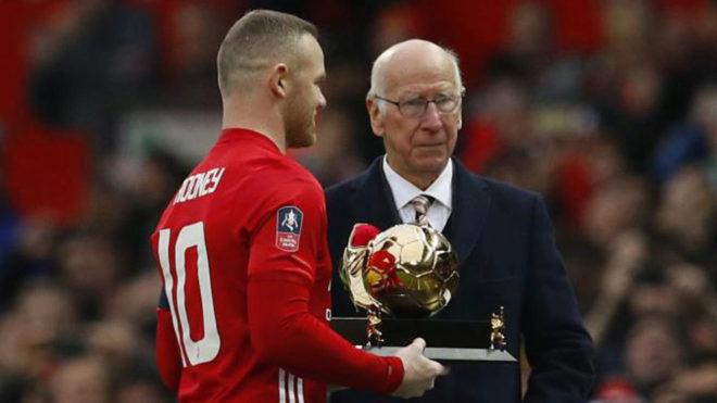 Bobby Charlton entregó a Rooney un título de reconocimiento.