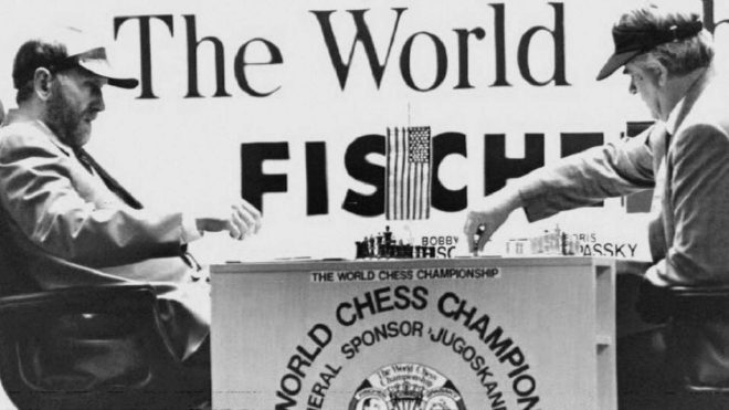 Spassky (derecha), jugando contra Bobby Fisher en 1992.