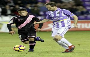 Míchel conduce el balón perseguido por Fran Beltrán
