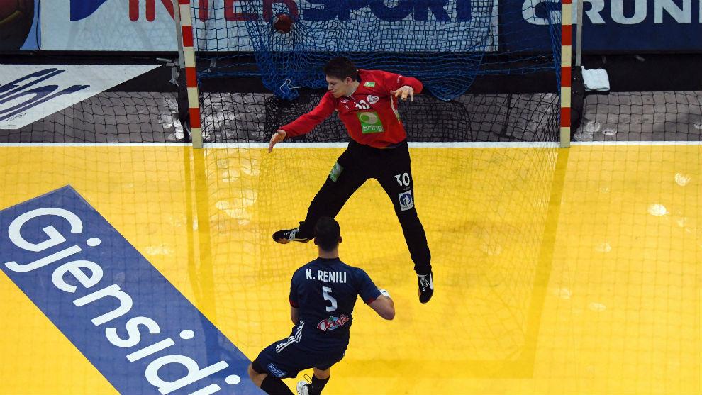 Remilli bate a Christensen en un contragolpe.