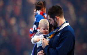 Nikola Karabatic, con su hijo tras recibir la medalla de oro.