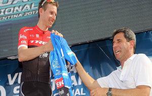 Bauke Mollema recibe el maillot de ganador de manos del gobernador de...