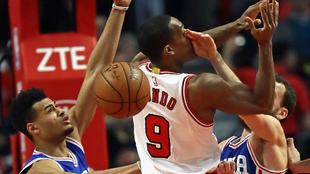 Sergio Rodríguez (Sixers) golpeando en la cara a Rajon Rondo (Bulls)