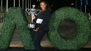 Serena Williams posa con su trofeo del Abierto de Australia