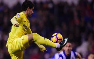 Pato controla un balón en el aire durante un partido del Villarreal...