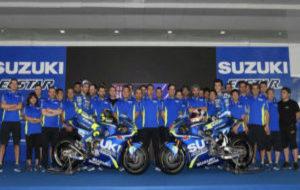 Todo el equipo Suzuki de 2017 posa delante de sus boxes en el circuito...