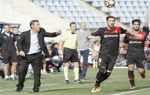 Javier Olaizola da instrucciones en la banda del Mallorca ante Óscar...