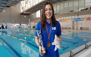 Eva Coronado con la medalla y el trofeo del Campeonato de España AXA...