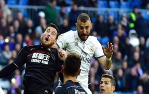 Tito durante una acción con Benzema como jugador del Granada