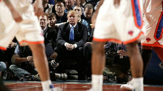 Donald Trump (70) presenciando en primera fila, a pie de pista del...