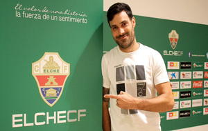 Andrés Túñez posando al lado del escudo del Elche.
