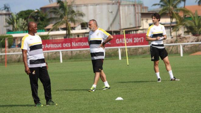 Nus, a la derecha del entrenador Grant y un ayudante ghanés.