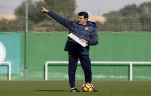 Alberto Toril (43) da indicaciones durante el partido del pasado...
