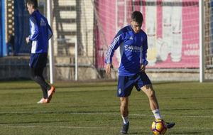 Isaac Carcelén juega con un balón en una sesión.