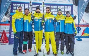Santacana y Galindo posan con la plata junto al resto de su equipo.