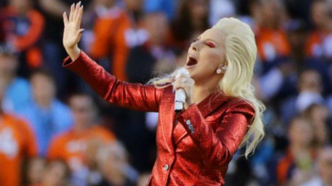 Lady Gaga, cantando el himno nacional durante el último Super Bowl