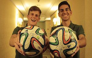 Dos jugadores del Chapecoense posan con el balón regalado por Xavi.