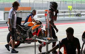 M�rquez se dirige al box de Honda despu�s de haberse bajado de su...