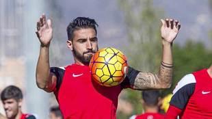 Chuli controla un balón con el pecho durante un entrenamiento en...