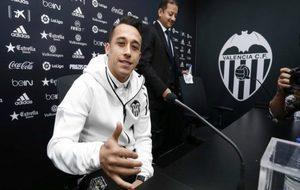 Orellana durante su presentación con el Valencia.