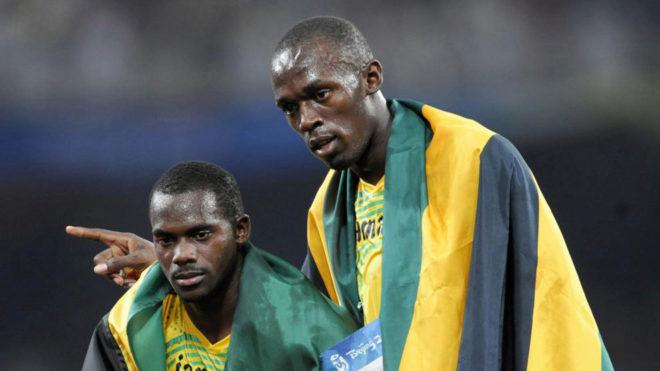 Usain Bolt junto a Nesta Carter tras el relevo en los Juegos de Pekín...