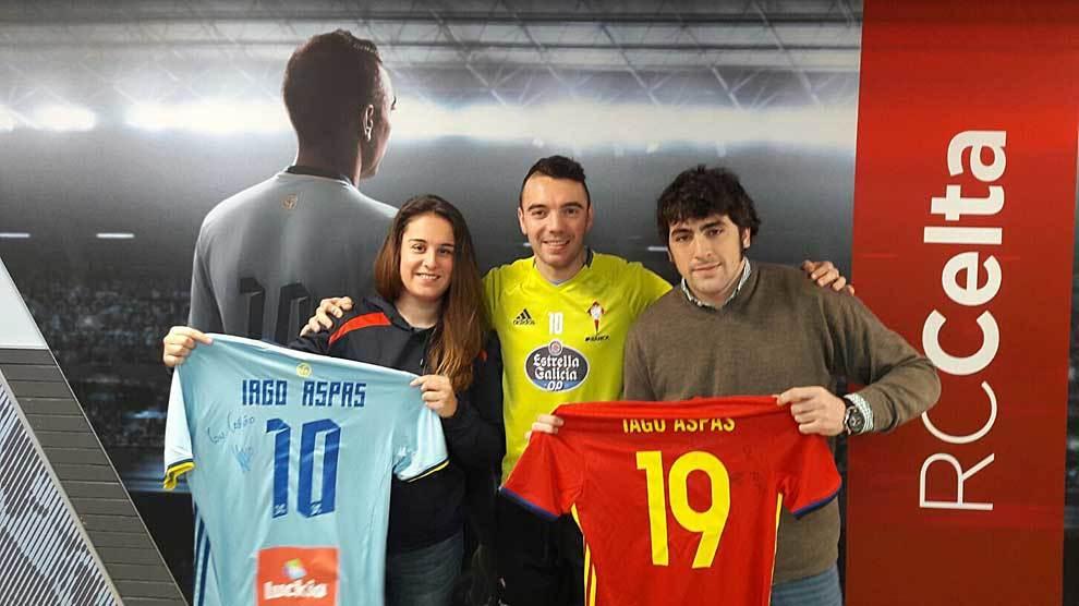El futbolista Iago Aspas con miembros del Vigo Rugby Club y las...