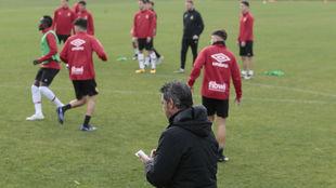 Javier Olaziola toma notas durante una sesión de entrenamiento del...