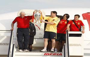 Luis Aragonés levantando la Eurocopa junto a  Iker Casillas, Rubén...